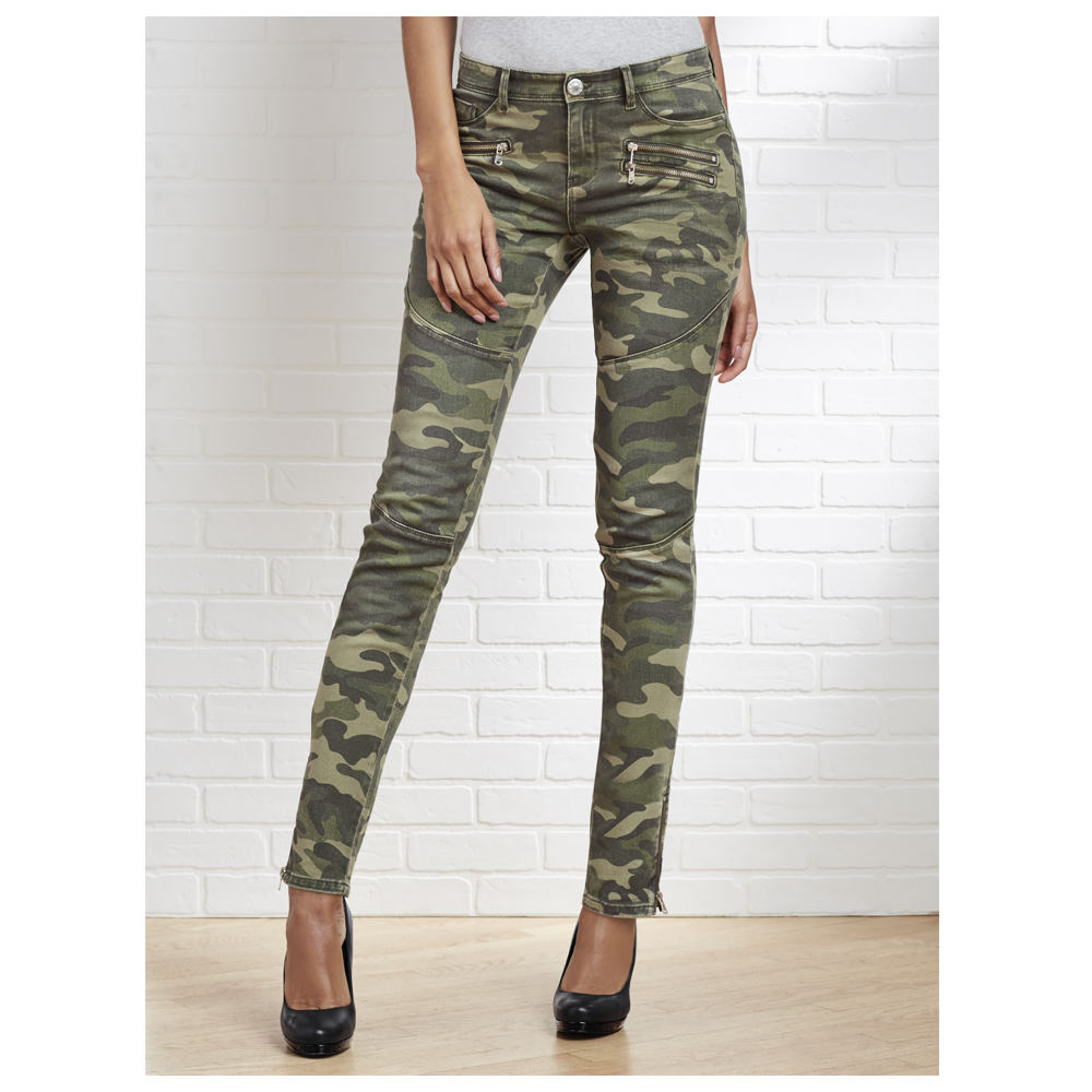 A pair of skinny camo pants is a must-have for your wardrobe, offering the ability to blend in with your surroundings while you hunt for a good deal during a shopping spree. Despite their petite design, most skinny camo pants feature plenty of storage with several pockets found in the hips and legs.